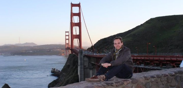 Lubitz em frente à ponte Golden Gate, em São Francisco, Estados Unidos. Para ele, voar era um sonho de infância (Foto: reprodução)