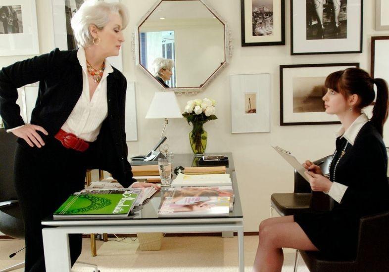 """Tem como estar mais desmotivada que a assistente em """"O Diabo veste Prada?"""" (Foto: Reprodução)"""