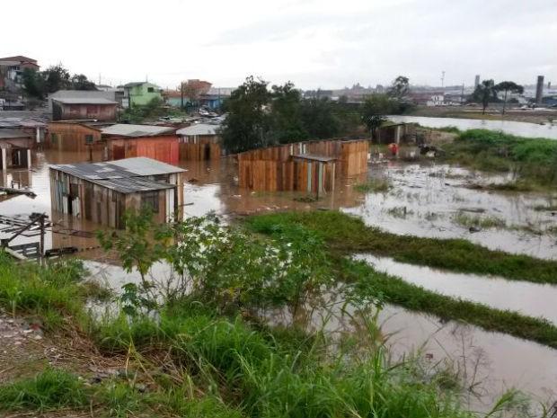 Vários pontos da Cidade Industrial de Curitiba (Cic) estão alagados (Foto: Luiz Fernando Martins/ RPC TV)