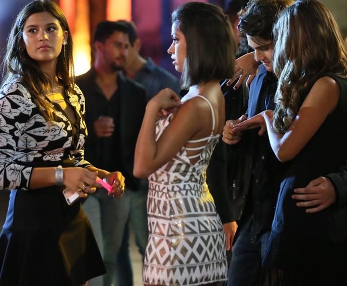 Sem a companhia de Roger, Lívia decide dançar sozinha  (Foto: Isabella Pinheiro / Gshow)
