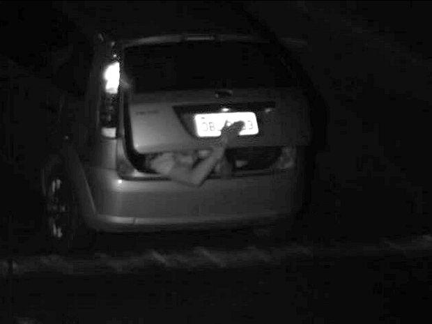 Homem esconde a placa de carro ao passar por radar em Cuiabá (Foto: Divulgação/Secretaria de Trânsito de Cuiabá)