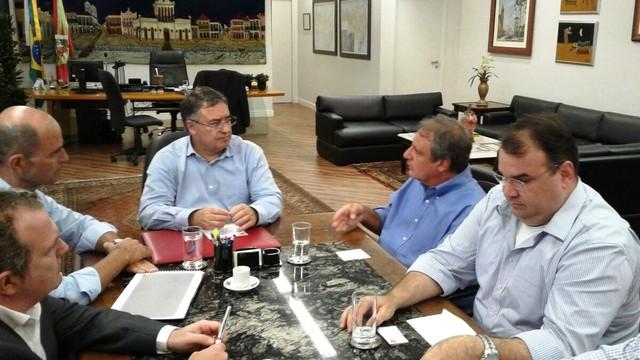 Carlos Sanchez e Mário Neves explicam projeto para o governador de SC e sec. Antonio Gavazzoni (Foto: Júlio Ettore/RBS TV)
