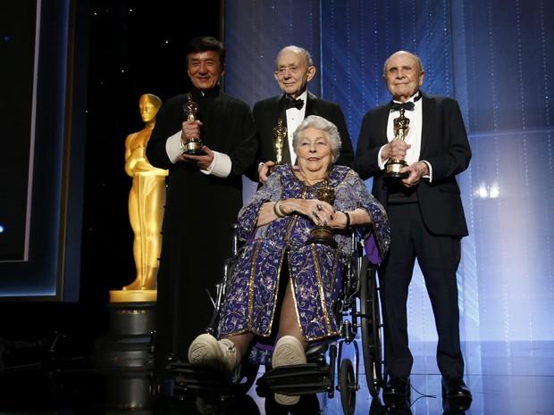 O ator Jackie Chan (esq.), o documentarista Frederick Wiseman, a editora de cinema Anne Coates (na cadeira de rodas) e o o diretor de elenco Lynn Stalmaster posam com suas estatuetas (Foto: Mario Anzuoni/Reuters)