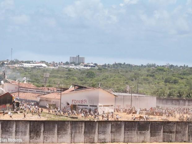 """Cenário de guerra toma conta da Penitenciária Estadual de Alcaçuz. """"Está todo mundo armado"""", afirma a PM. (Foto: Elias Jornalista)"""