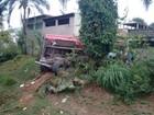 Caminhão desgovernado sai de pista e invade casa em Araçariguama