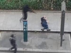 Vídeo mostra execução de policial em Paris; imagens são fortes (Foto: Reprodução/Reuters)