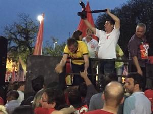 Ary Vanazzi comemora vitória com militantes do PT em São Leopoldo, RS (Foto: Fernando Becker/RBS TV)