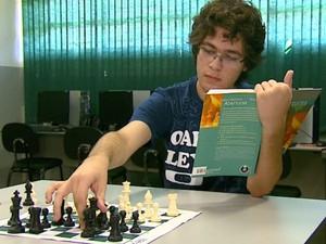 Estudante ganhou troféu de campeão brasileiro de xadrez (Foto: Adriano Ferreira/EPTV)