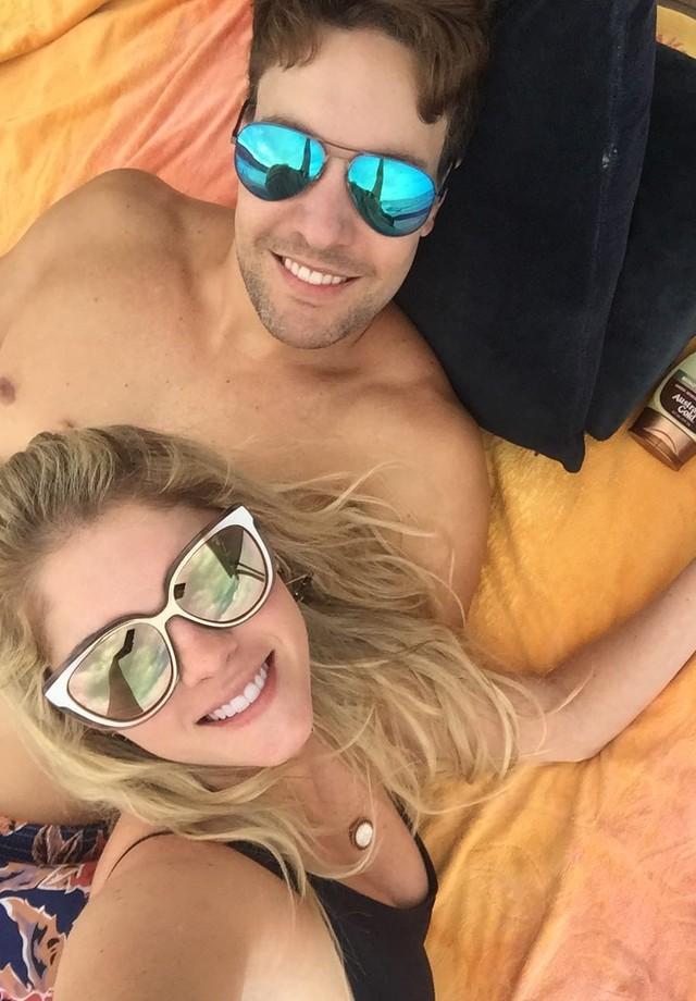 Bárbara Evans e o amado, Tony Villarejo, posam para clique exclusivo (Foto: Divulgação)