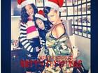 De gorro vermelho, Rihanna deseja Feliz Natal para os fãs em rede social