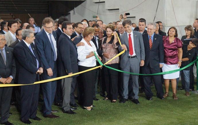 Presidente Dilma Rousseff desenlacou a fita inaugural da Arena das Dunas (Foto: Augusto Gomes/GloboEsporte.com)