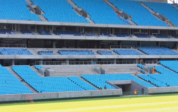 Praticamente 100% das cadeiras já foram colocadas no estádio. Últimos assentos estão sendo colocados na Tribuna de Honra  (Foto: Diego Guichard / GLOBOESPORTE.COM)
