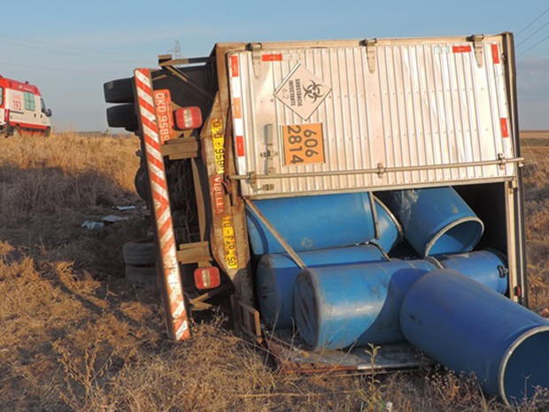Caminhão saiu da rodovia após capotamento (Foto: Edivaldo Braga/ blogbraga)