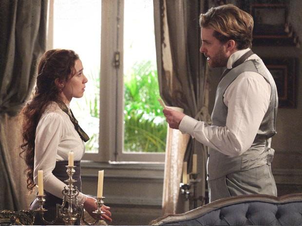 Laura fica sem ação com a descoberta do marido (Foto: Lado a Lado / TV Globo)
