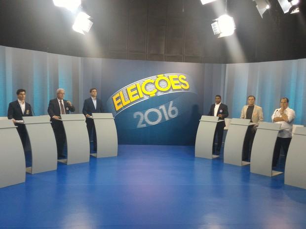 Candidatos à Prefeitura de São Vicente já estão posicionados para o debate na TV Tribuna (Foto: LG Rodrigues / G1)