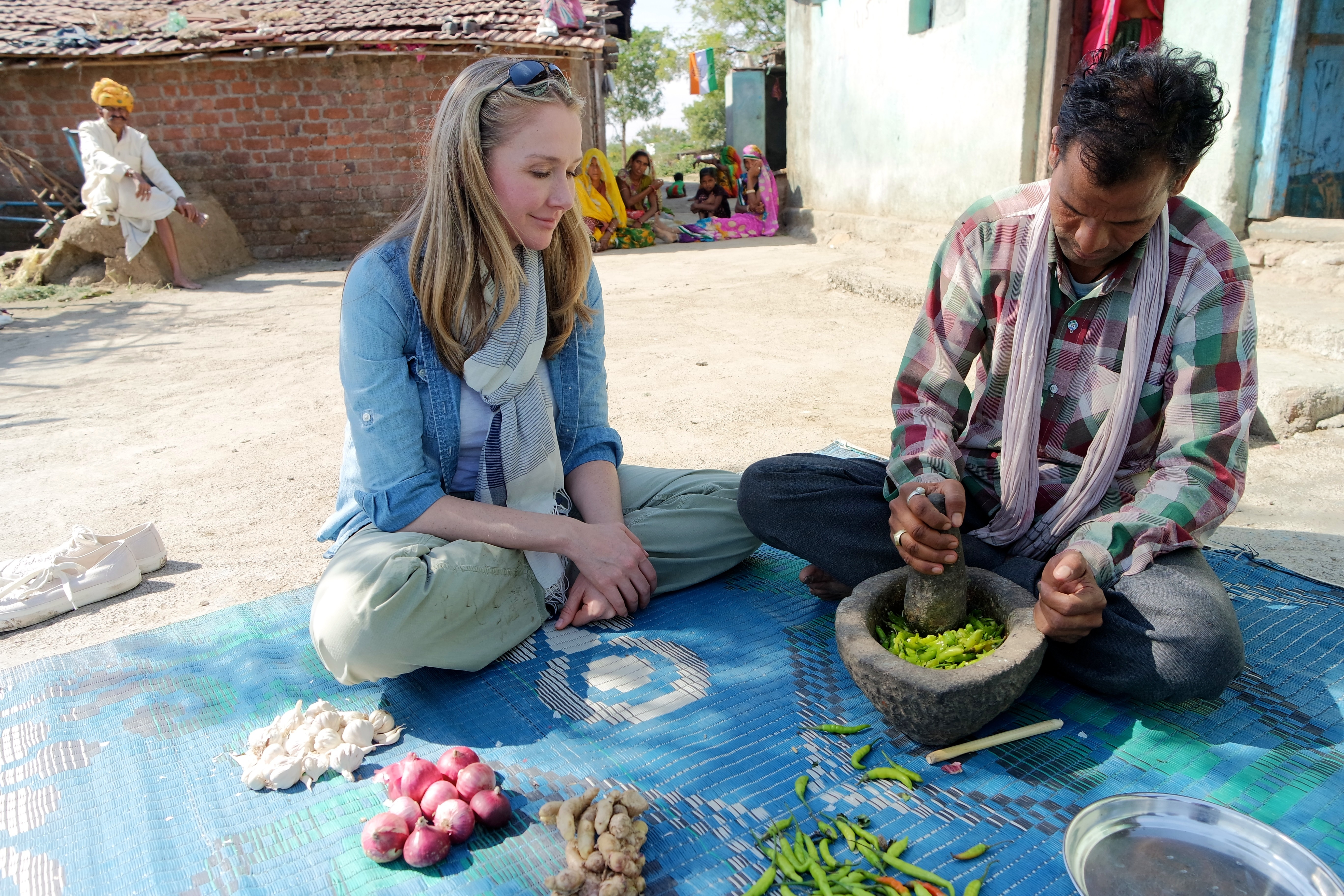 Alexandra Cousteau com o fazendeiro Ter Singh preparando pesticida orgânico (Foto: Mirella Pappalardo/Divulgação)