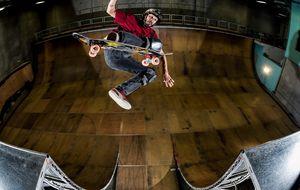 Aos 44 anos, Bucky Lasek mostra que não esqueceu de nada em rolé de skate com manobras espetaculares