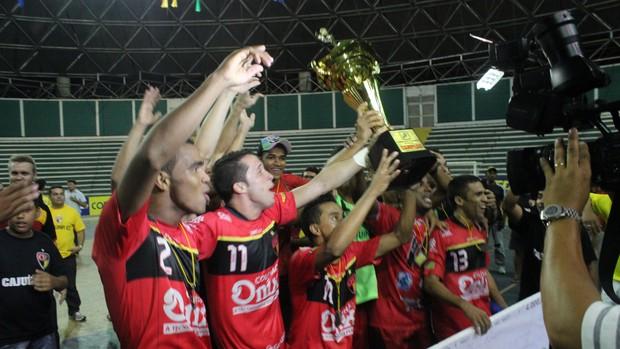 Cajuína levanta o troféu de campeão (Foto: Wenner Tito/Globoesporte.com)