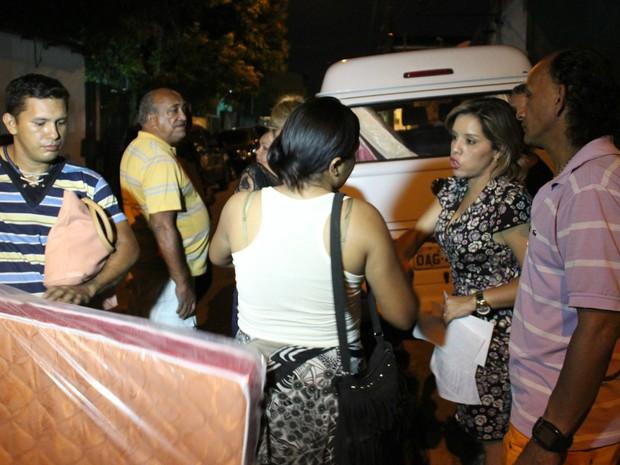 Colchões e cestas básicas foram entregues às vítimas do incêndio (Foto: Gabriel Machado/G1 AM)