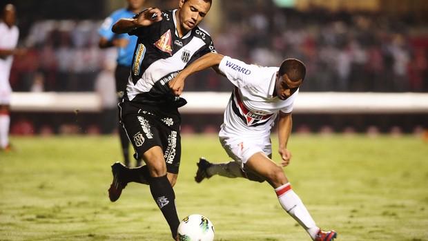 Lucas, do São Paulo, disputa com Roger, da Ponte Preta (Foto: Marcos Ribolli / Globoesporte.com)