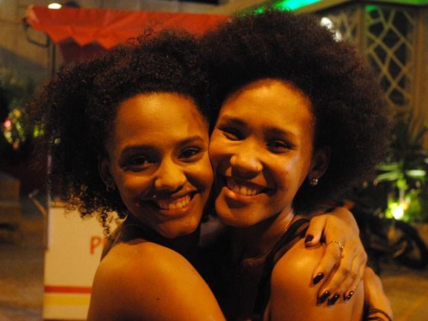 Quanto amor! As duas irmãs não se desgrudam nem na hora de posar para foto (Foto: Malhação / Tv Globo)