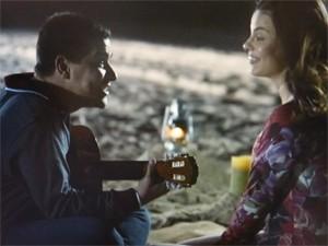Rodrigo é romântico com Amaralina (Foto: Flor do Caribe/TV Globo)