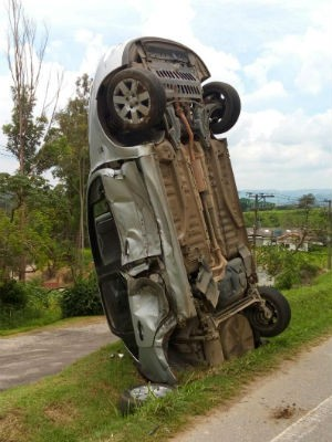 Carro fica em pé após acidente de trânsito em rodovia de São Roque (Foto: Divulgação/São Roque Notícias)