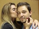 Deborah Secco chega acompanhada do namorado ator para gravar Vídeo Show