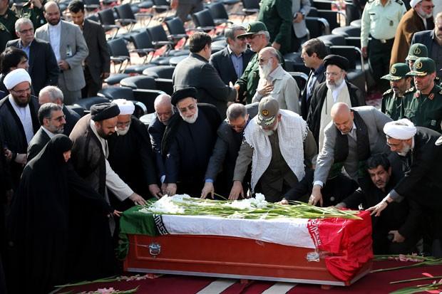 Autoridades iranianas rezam junto a caixão de vítima de confusão que matou centenas de pessoas em Meca, após o corpo chegar ao Irã neste sábado (3) (Foto: Ebrahim Noroozi/AP)