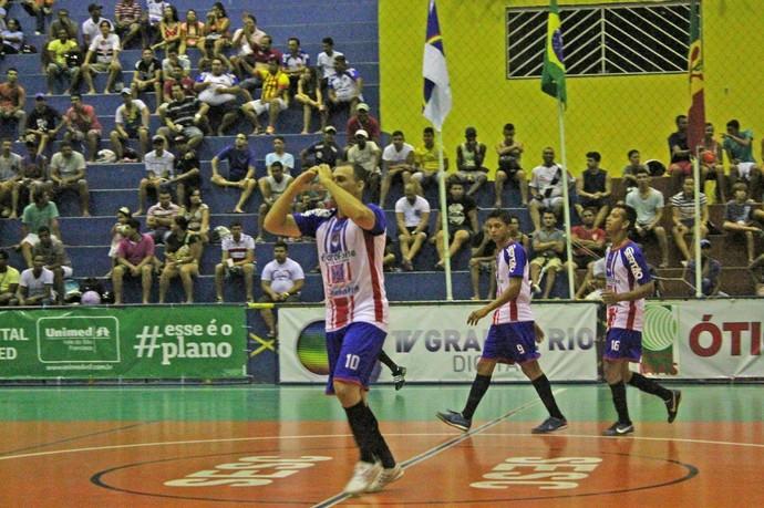 Charlinho comemora um dos gols da Polícia Militar (Foto: Magda Lomeu)