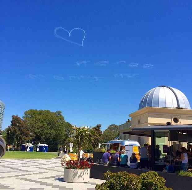 Pedido teve até coração desenhado no céu (Foto: Reprodução/Twitter/Wayne Lau)