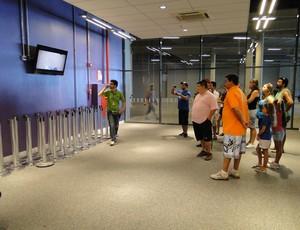 Primeiro grupo de visita guiada no Mineirão assiste a vídeo no hall de entrada (Foto: Valeska Silva / Globoesporte.com)