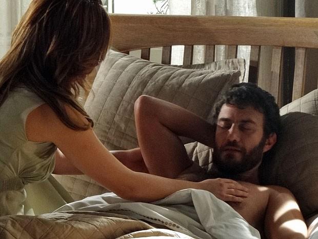 Rodrigo não se sente bem após o sonho e assusta Elisa (Foto: Amor Eterno Amor/TV Globo)