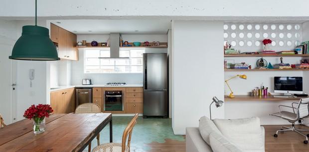 DEIXA ENTRAR: Ao se eliminarem as paredes para integrar a cozinha e a sala de estar, somente uma continuou de pé: a que separa a lavanderia. Para aproveitar a insolação, que é boa naquela face do prédio, e iluminar a área do escritório, o arquiteto Felipe (Foto: Fran Parente/Editora Globo)