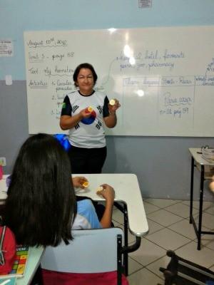 Professora usa também ovo para ensinar alunos em Rio Branco  (Foto: Alaíres Silva de Souza/Arquivo Pessoal)