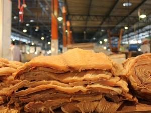 O quilo de pirarucu seco é vendido por R$ 23 (Foto: Girlene Medeiros / G1 AM)