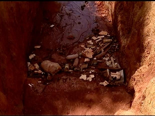 Vala acumula lixo e água parada (Foto: Reprodução/TV Anhanguera)