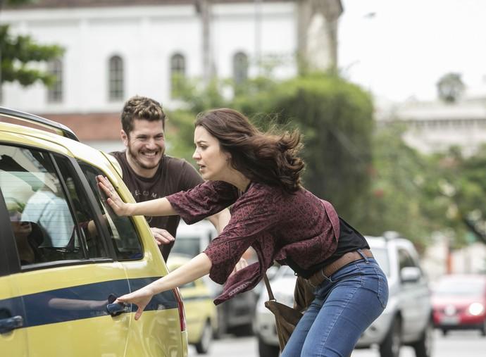 Júlia tenta pegar um táxi, mas Alex a impede (Foto: Raphael Dias/Gshow)