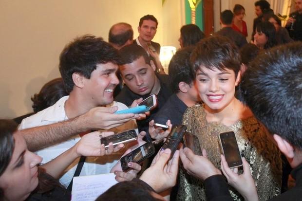 Sophie Charlotte e Daniel Oliveira em rápida conversa com os jornalistas (Foto: Isac Luz/EGO)