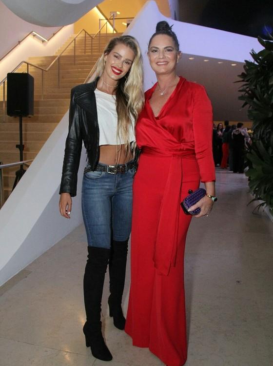 DNA fashion: Yasmin Brunet e a mãe, Luiza Brunet, prestigiaram a noite (Foto: AG. News)