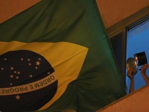 Morador de Brasília participa de panelaço durante fala de ministros neste domingo (15) (Foto: Ueslei Marcelino/Reuters)
