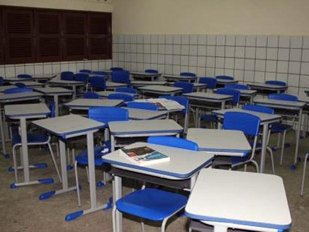Carteiras da sala de aula ficaram espalhadas após o crime (Foto: Marcelino Neto)