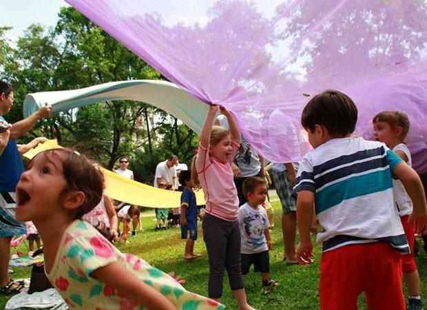 Atividades ao ar livre, incluindo uma aula de yoga, animam as crianças (Foto: Divulgação)