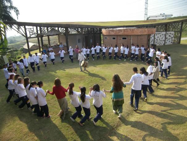 Jovens em atividade na sede da instituição, que é referência em bioconstrução (Foto: Divulgação)