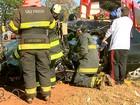 Mulher fica 3 horas presa às ferragens após colisão entre carro e caminhão