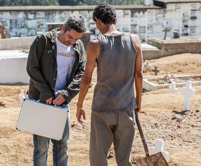 Romero leva o dinheiro que ganhu da facção para o cemitério (Foto: Artur Meninea/TV Globo)