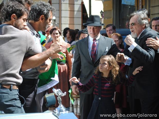 Pérola aparece para acalmar os ânimos do avô e do tio e pede que parem de brigar (Foto: Joia Rara/ TV Globo)