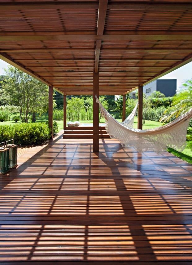 Pergolado. Feito de peroba, oferece a sombra perfeita para que os moradores possam curtir as redes ou o spa (Foto: Marco Antonio / Divulgação)