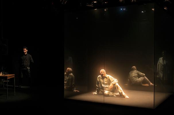 Marco Nanini fica preso em uma cela de vidro ao longo de toda a peça (Foto: Divulgação)