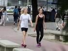 Yasmin Brunet e Rhaisa Batista caminham juntas e se divertem